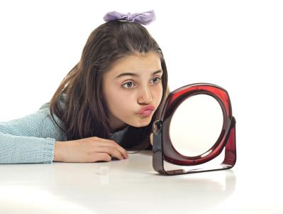 girl_looking_in_mirror